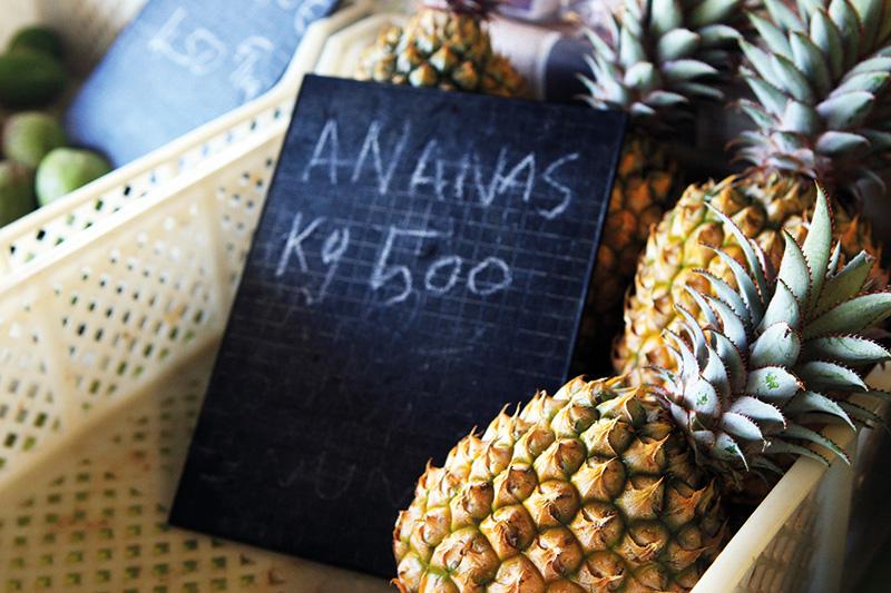 Vacationsmag_newcal_Market-Pineapples_Lisa-Perkovic